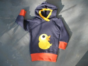 Baby-Upcycling-Hoodie mit Enten-Applikation