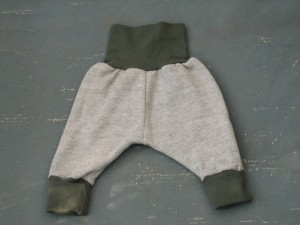 Graue Upcycling-Babyhose aus warmem Sweatshirtstoff