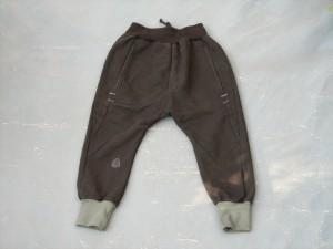 schwarze Upcycling Kinderhose mit grünen Bündchen am Bein