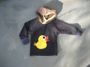 Upcycling-Kleider: Hoodie für Babies mit Ente