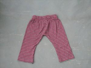 Babyhose aus grau-lila geringeltem T-Shirtstoff.